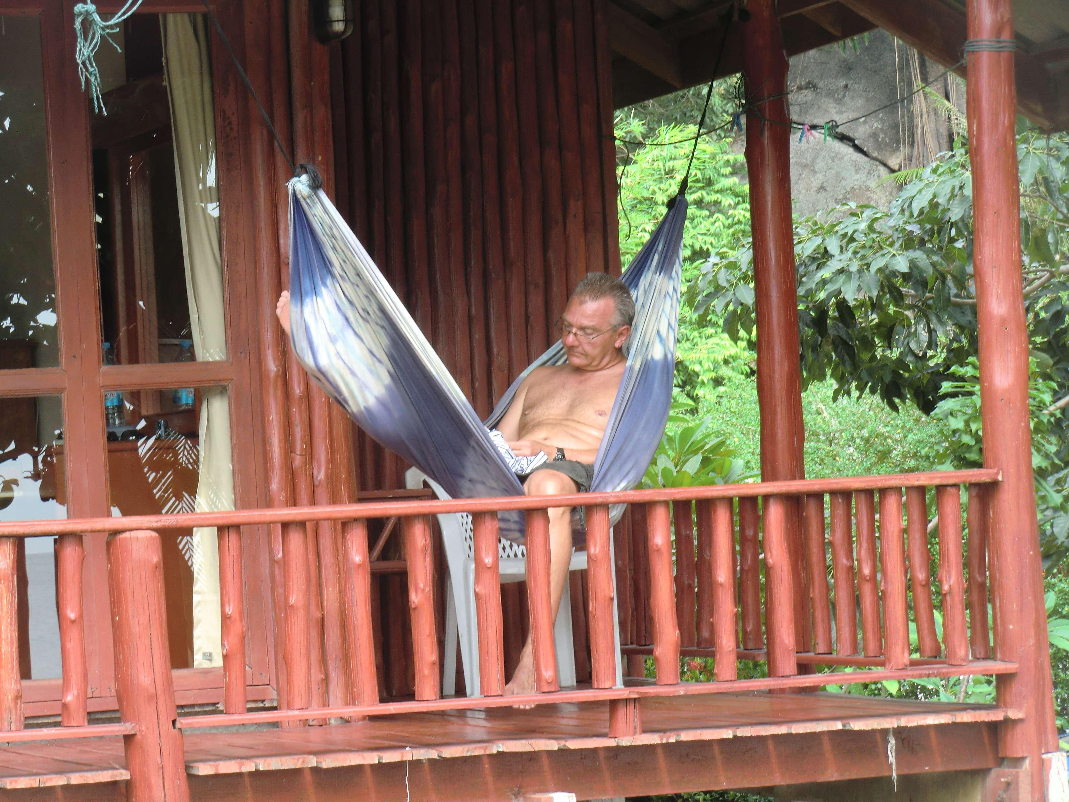 Ralle studiert das kostenlose Phangan-Heft