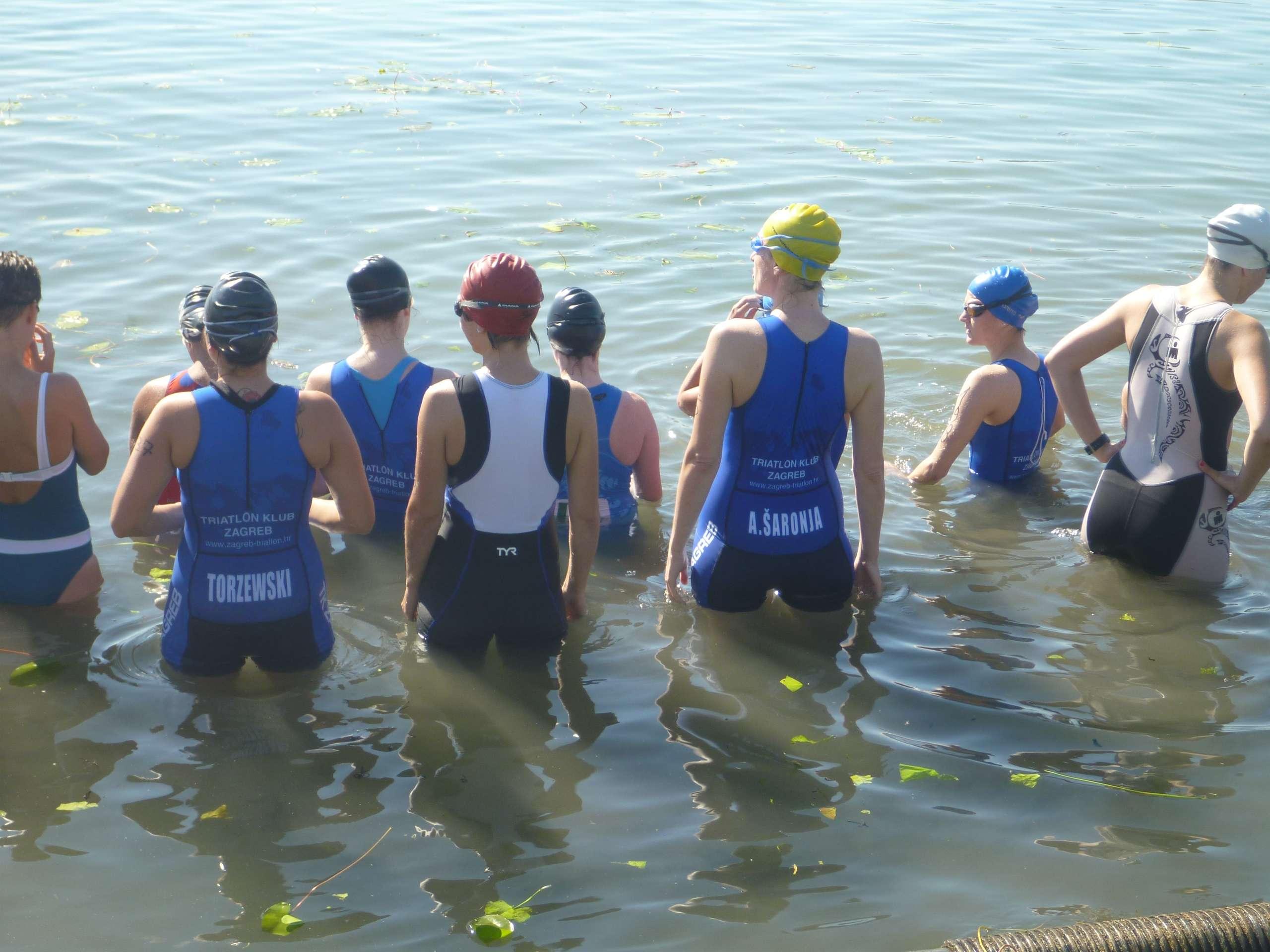 Natjecateljice na startu plivanja